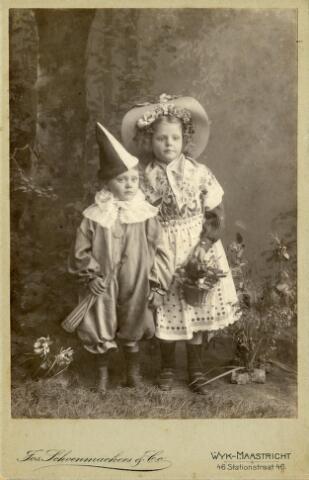 650395 - Schmidlin. Karel en Lies Schmidlin, gekleed voor het carnaval in Maastricht omstreeks 1905.