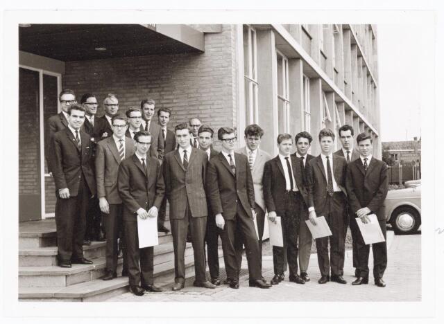 038564 - Volt. Zuid.Opleidingen. Diplomauitreiking vakliedenoleiding op 16 april 1962. Studiejaren 1959 -1962. De geslaagden hier voor het hoofdkantoor van Volt aan de Groenstraat waren: B. Brekelmans, P. Donders, A. Godefroy, L. van Huygenvoort, W. Kieboom, J. Maas, A. van der Pas, J. van Riel, P. Smulders,D. van Bergen, A. Lemmens en C. van de Schoot. Via vervolgstudies wisten velen van hen promotie te maken.
