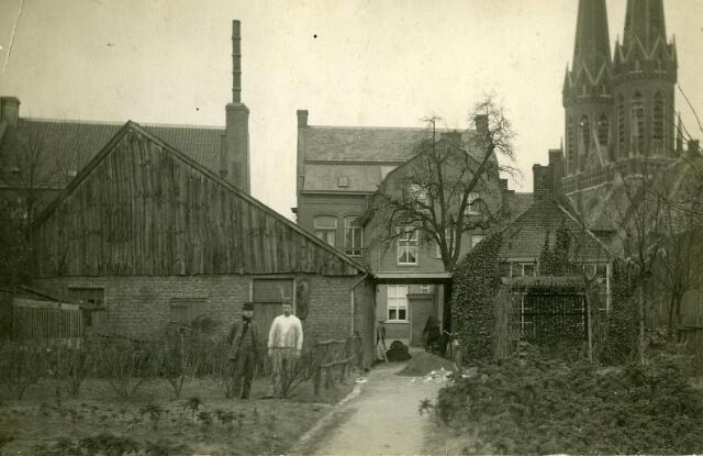 200115 - Moestuin achter het pand Heuvel 44, voor met de bouw van garage Knegtel begonnen werd. De man met witte kiel (rechts) is bakker Jos Naaijkens. Naast hem garagehouder Theo Knegtel.