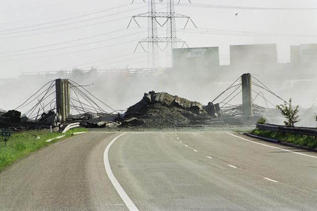 TLB023001133_002 - Afbraak van het viaduct over de A65 ten behoeve van de aanleg van de Burgemeester Bechtweg.
