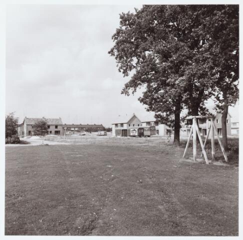 063085 - Nieuwbouw aan het Wilhelminaplantsoen; Het plantsoen zelf doet onder andere dienst als terrein voor de jaarlijkse kermis