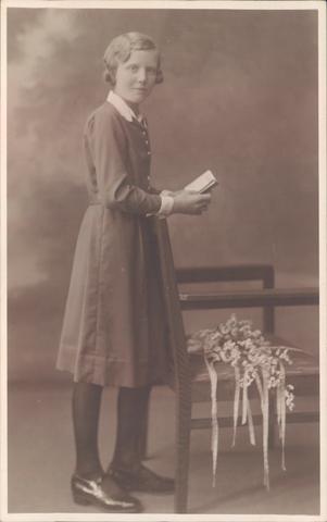 651864 - Familie Van Puijfelik, Tilburg. In 1932, op 12 jarige leeftijd, ontving Adriana Arnolda Anna Maria van Puijfelik het Vormsel. Ze werd geboren in Tilburg op 3 augustus 1920 en overleed in Heerhugowaard op 27 juli 1999.