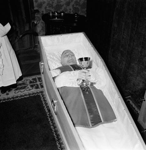 050667 - Waltherus Josephus Joachim de Klijn, geboren te Raamsdonksveer 23 maart 1881, priester gewijd 5 juni 1909, kapelaan te Kerkdriel 1909, professor Klein Seminarie 1911, Rector van het moederhuis Oude Dijk 1914, pastoor van de parochie H. Margaretha Maria Alacoque 1922, overleden 11 februari 1958. Begraven in het familiegraf te Raamsdonksveer 15 februari 1958.