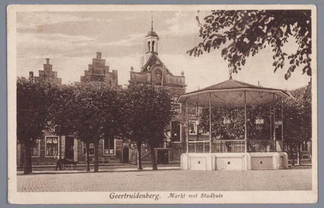 058250 - Markt met het Stadhuis/gemeentehuis. Muziektent.