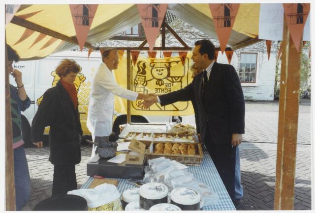 91560 - Album 6. Terheijden. Open dag Waterrecreatie. Burgemeester Hans L. van Brummen (P.v.d.A 1989-1997) schudt de hand van standhouder bakker Kees Rompa.