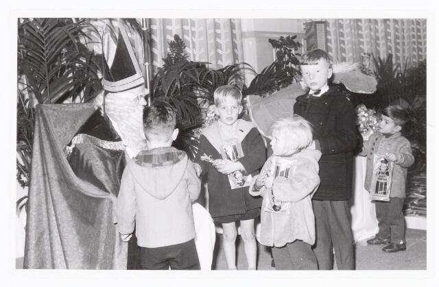 038870 - Volt. Zuid. Sport en ontspanning. Viering Sint Nicolaas voor de kinderen van het personeel in 1959. Sinterklaas. St. Nicolaas