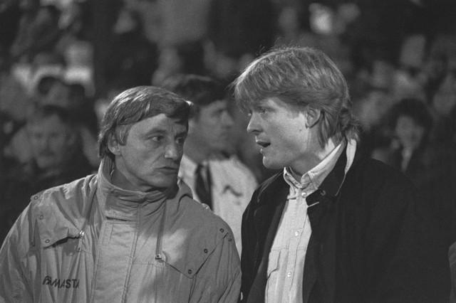 TLB023002593_001 - Willem II-trainer Piet Visser (rechts) in gesprek met Søren Lerby