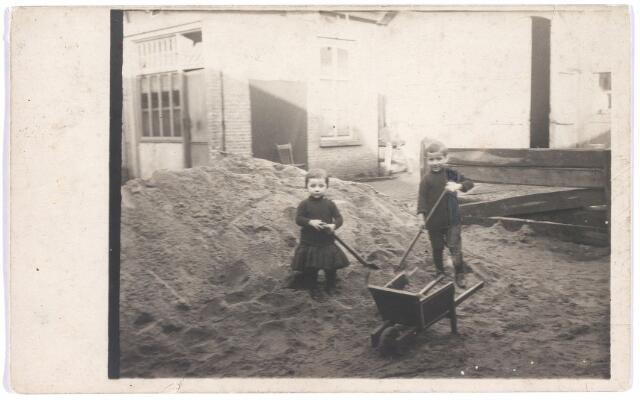 007466 - Adriana van Meerendonk geb. Tilburg 30-10-1913 en P.H.C. van Meerendonk geb. Tilburg 22-7-1911.