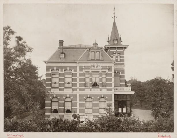 065418 - Keiweg. Exterieur van villa Mathilda. De villa werd in 1892 gebouwd voor Johannes Cornelis Josephus Verschure, geboren te Oosterhout op 27 mei 1865,  directeur van de margarinefabriek. Het kinderloze echtpaar verhuisde in november 1912 naar Rotterdam. In de eerste jaren van de Eerste Wereldoorlog (1914-1917) was in dit pand het hoofdkwartier van het Nederlandse veldleger gevestigd. In de jaren 1917-1923 was de villa in gebruik als noviciaat van de paters missionarissen van het H. Hart uit Tilburg. Vervolgens woonde er kunstschilder Albert J.J. Verschuuren. In 1967 werd de villa gesloopt.Het bouwwerk was genoemd naar Mathilda Maria Anna van Spaendonck, geboren te Tilburg op 1 oktober 1864 en overleden te 's-Gravenhage op 24 april 1925. Zij werd begraven in het familiegraf in Oosterhout en was getrouwd met fabrikant J.C.J. Verschure.