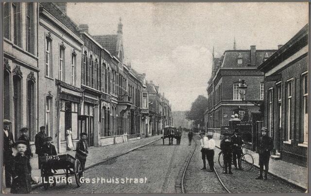 010309 - Gasthuisstraat (nu Gasthuisring). Rechts pand Gasthuisstraat 72. Hier woonde broodbakker Eduardus Cornelis de Wijs, geboren te Tilburg op 19 februari 1866 en aldaar overleden op 30 september 1934. Zijn weduwe, Anna Maria de Bont, geboren te Tilburg op 26 maart 1869, verhuisde op 16 februari 1935 naar Raalte. Daarna zat in dit pand de werkplaats van edelsmederij J.B.F. Jansen. Achter het hek stond het R.K. Gasthuis, dat in 1929 verlaten werd door de zusters van de congregatie van O.L.V. Moeder van Barmhartigheid. Dit pand, Gasthuisstraat 70, werd in 1930 een met het volgende pand, Gasthuisstraat 70, het klooster van de fraters.