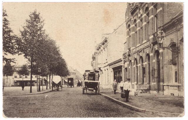 000790 - Heuvel zuidzijde, Rechts hotel de Gouden Zwaan van H.B. Hegeman. Voor de deur een rijtuig met gouden zwaan, voor het vervoer van de gasten van en naar het station.