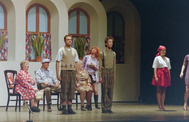 1237_001_027-2_017 - Cultuur. Theater. Tilburgse Revue. Waarschijnlijk de generale repetitie van de voorstelling Fèèn Familie op 17 maart 2005.