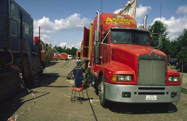 656893 - Opbouw van het American Circus op het Laarveld in Tilburg.