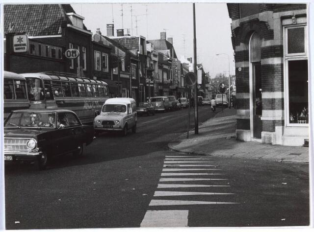 024676 - Korvelseweg ter hoogte van de Korveldwarsstraat (rechts). Links  vooraan garage Dekkers