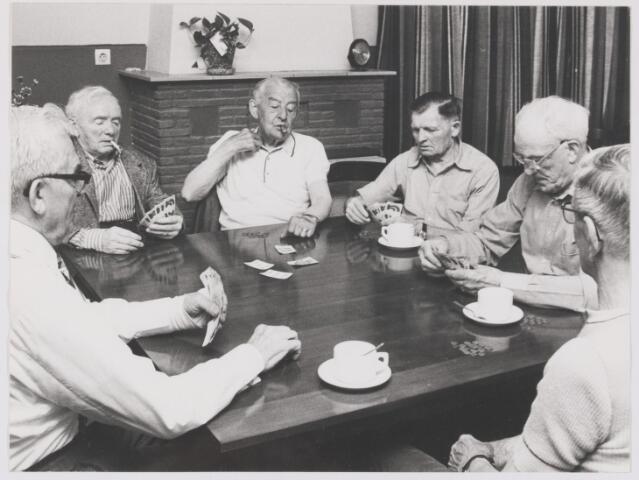 """081996 - Vrijetijdsbesteding. Kaartspel . Bewoners van het bejaardentehuis Sint Franciscus spelen vermoedelijk """"een potje rikken"""""""