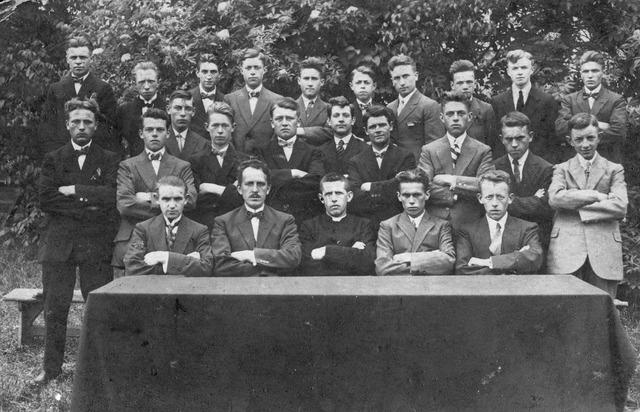 066300 - Groep Tilburgse jongeren. Op de achterste rij, zesde van links Henricus Antonius Cornelis (Harrie) Smolders, geboren te Tilburg op 9 september 1906.