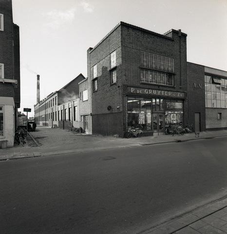 653669 - Filiaal de Gruyter aan de Gasthuisring nr. 5 (voorheen Gasthuisstraat). Het is gebouwd in expressionistische stijl met kenmerken van de Amsterdamse School.