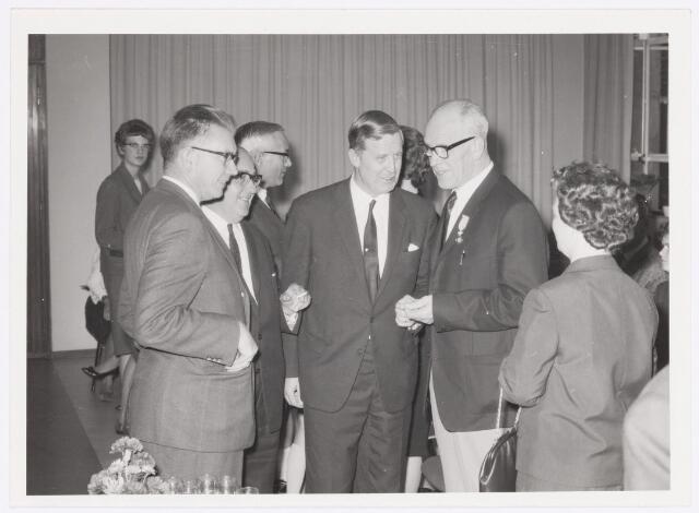039087 - Volt. Jubileum. Van links naar rechts de heren: Friederich, Vollaers, Rutten, Verhoeven en Geux. Naast Geux zijn echtgenote. De foto is genomen tijdens de receptie van het 40-jarig dienstjubileum van de heer Geux bij Volt op 30 september 1965. Dhr. Geux was baas onderhoud gereedschappen van de afd. spoelen.