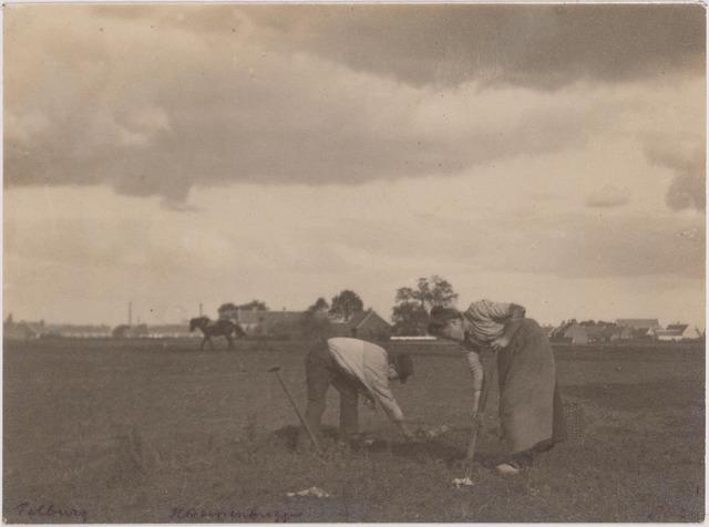 700002 - Boer en boerin aan het werk op de akker. Aardappels rooien.