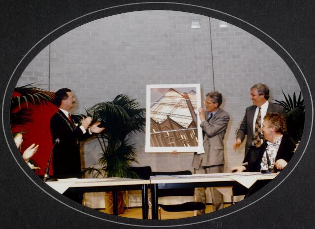 """91281 - Made en Drimmelen. Aanbieding van een foto ter gelegenheid van de officiële opening van het Sociaal Cultureel Centrum """"De Mayboom"""" in Made."""