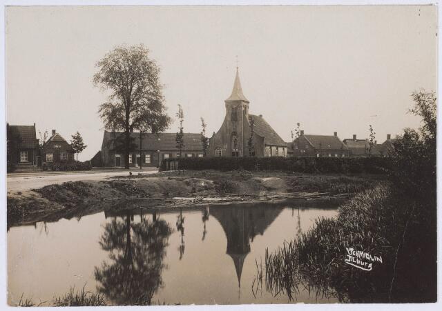 020256 - Hasseltplein met als middelpunt de kapel en op de voorgrond de 'spuul'. Foto uit 1927