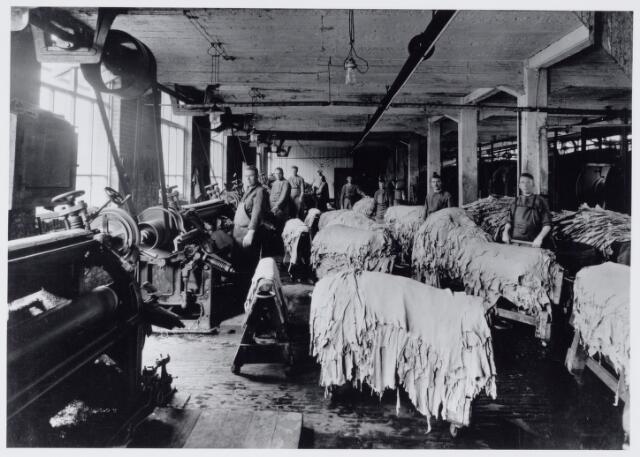 049113 - Industrie. Arbeiders in de leerlooierij van de firma Pessers-Verbunt.