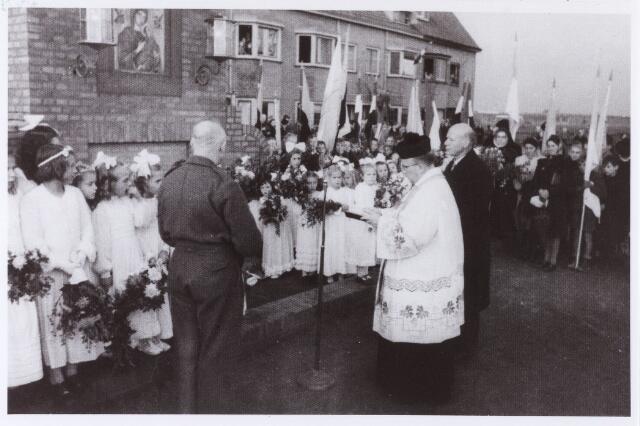 012648 - WO2 ; WOII ; Tweede Wereldoorlog. Herdenking. Inzegening van het gedenkteken voor gevallen wijkbewoners op 27 oktober 1945. Links, in uniform, dr. Wever, een van de leden van het comité