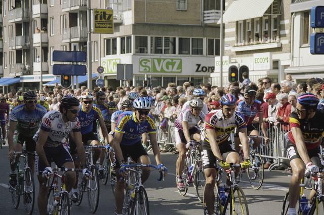 TLB023000299_003 - Wielrenners aan de start van de 2e etappe, tijdens de Ronde van Nederland, van Tilburg naar Huizen.