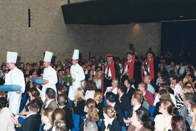 1237_003_294_019 - Scholen. De Rooi Pannen.De Rooi Pannen dankt zijn naam aan het karakteristieke klooster in Tilburg met de opvallende rode dakpannen. Het pand werd in 1914 gebouwd naar een ontwerp van Jan van der Valk. Allerlei opleidingen in het leerplein. Horeca uitreiking diploma 2003