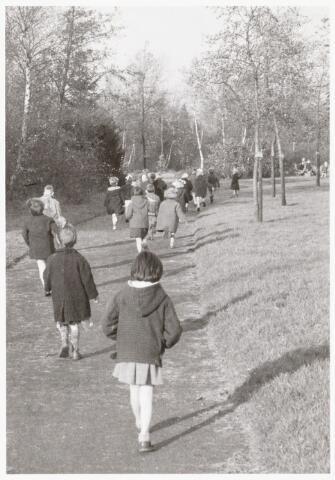 051014 - Basisonderwijs. kleuterschool. Kleuterklas aan het wandelen in het Leypark.
