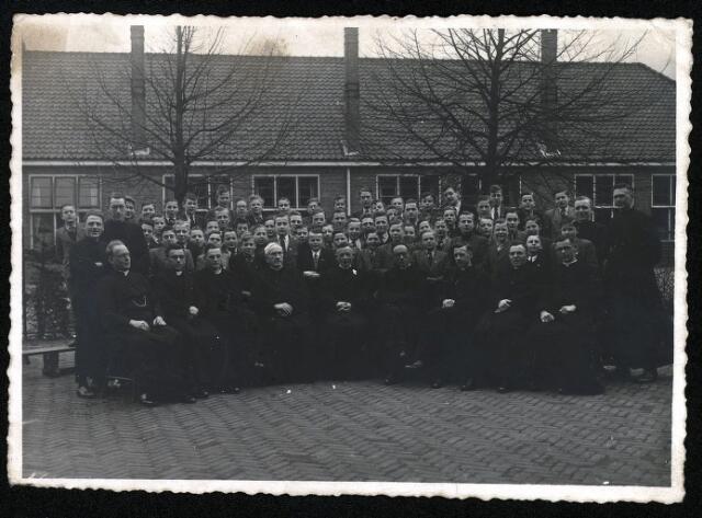 055079 - Tweede Wereldoorlog. Missionarissen van het H. Hart (Bredaseweg Tilburg) en hun studenten, tijdelijk ondergebracht in Hilvarenbeek, gefotografeerd voor de r.k. meisjesschool aan de Koestraat.