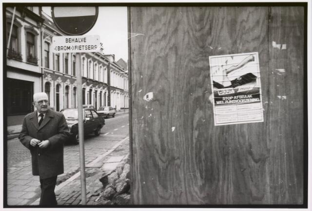 035342 - Tijdens graafwerkzaamheden dreigde het pand aan de Willem II-straat nr. 66 in te storten . Destijds bewoond door de heer van der Schoot en zijn  moeder mevrouw van der Schoot- Kruijssen. Het pand werd onmiddellijk gesloopt. Hierop het affiche Stap Afbraak Welzijnsvoorziening.