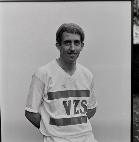 1237_011_818_014 - Sport. Voetbal. Portret van Willem II speler Gerrie Dijkstra in september 1984. Met shirt van sponsor VZS. Dijkstra speelde bij Willem II in de periode 1983-1986.
