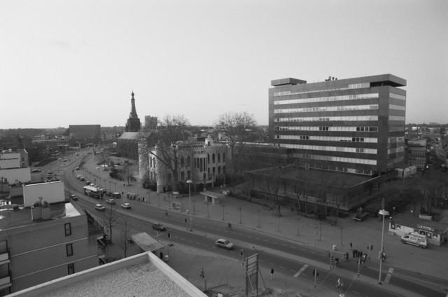 TLB023000470_002 - Panoramafoto genomen vanuit Stadskantoor 2. Van links naar rechts zijn te zien de Stadsschouwburg, de Heikese Kerk, het oude Paleis Raadhuis en het Gemeentehuis (Stadskantoor 1) wat in de volksmond de Zwarte Doos wordt genoemd