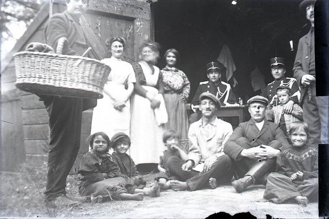 651557 - Groepsfoto met soldaten, mannen,vrouwen en kinderen voor de opening van een schuur. De Bont. 1914-1945.