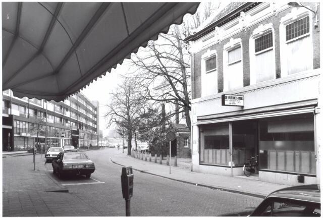 022012 - De Vrije Boekhandel in de Heuvelstraat, in de voormalige Zomerstraat. Links de achterzijde van de woon-winkelflat aan de Schouwburgring