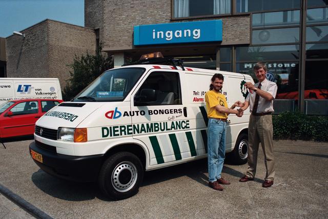 1237_010_764_003 - Overhandigen sleutels dierenambulance door auto Bongers.