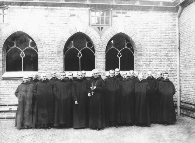 105300 - Monnikenleven Kloosters. Sint Paulusabdij.