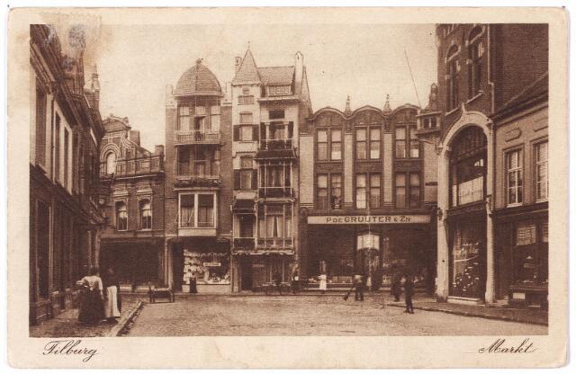 001832 - Oude Markt in noordelijke richting, voorheen de Markt. De huizen op de achtergrond staan vanaf 1910 aan de Heuvelstraat, voorheen aan de Markt.  Rechts het pand van P. de Gruyter. Deze winkel werd geopend op 27 januari 1910. Voor dit pand een straatveger.