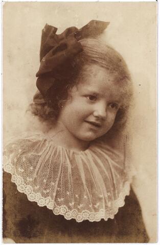 005850 - Adeline Lieneke) Bernardine van Spaendonck geboren Tilburg 14 mei 1917, dochter van Gerard van Spaendonck en Leonia Janssens, Zij trouwde op 12 januari 1943 te Tilburg met Bénoit Antoine Norbert Marie Mutsaerts, dochter van Franciscus Mutsaerts en Anna van Waesberghe.