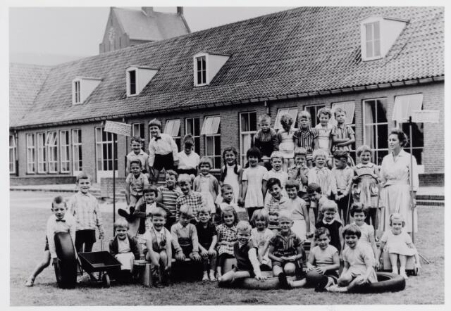 045528 - Onderwijs. Klassenfoto. St.-Annakleuterschool met juffrouw Gon van Kemenade.