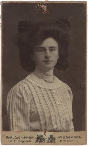 004135 - Jeanne Constance Berthe Sophie Marie (Jeanne/Zus) van DOOREN, geb. 30-09-1891 te Tilburg, aldaar overl. 17-06-1977. Enige dochter van wollenstoffenfabrikant François van Dooren (1860-1950) en Sophie Koppel (1867-1945).