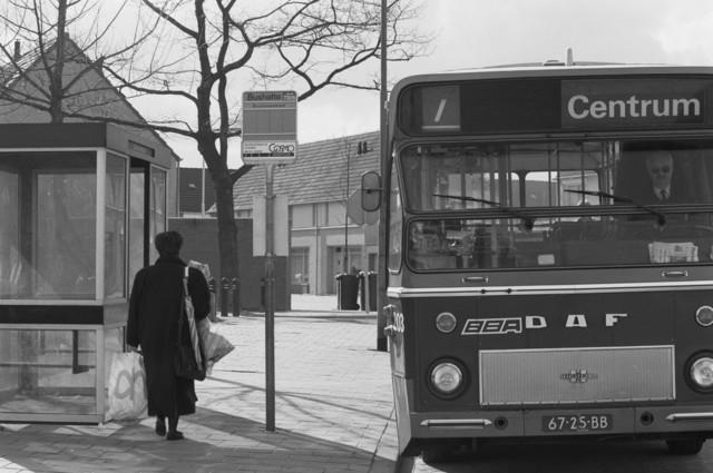 """TLB023000130_002 - BBA bus op lijn 7 bij bushalte Bruinissestraat. Foto genomen in kader Reeshof """"gezond beleid"""""""