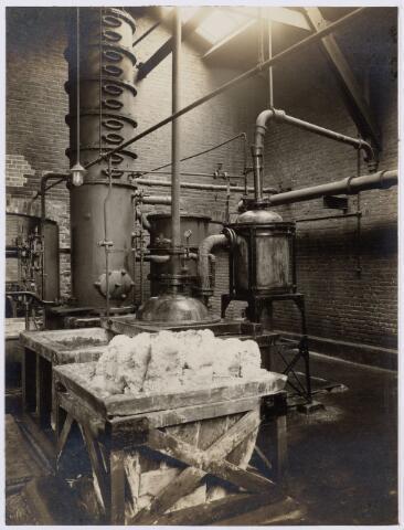 104176 - Energievoorziening. Gas- en Electriciteitsbedrijf (GEB). De bouwwerken voor de electriciteitsfabriek naast de gasfabriek zijn in volle gang en daarmee ontstaat het GEB , het gas- en electriciteitsbedrijf. Op 24 juni 1911 kan de levering van electriciteit plaatsvinden. In september 1954 wordt de electriciteitsproductie overgedragen  aan de PNEM; na 1958 is de centrale in Tilburg ontmanteld en gesloopt; Bij de komst van het aardgas verdwijnt ook het gasbedrijf. Ammoniak-fabriek