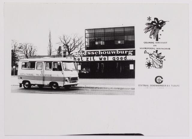 041950 - Gezondheidszorg. Kerstkaart met de afbeelding van bestelbus van het Centraal Ziekenvervioer B.V. Tilburg rijdend voor de stadsschouwburg.