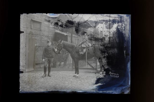 654432 - Privéarchief Schmidlin. Op het paard zien we Louis Albert Schmidlin, de jongste zoon van fotograaf Louis Schmidlin en diens latere opvolger.