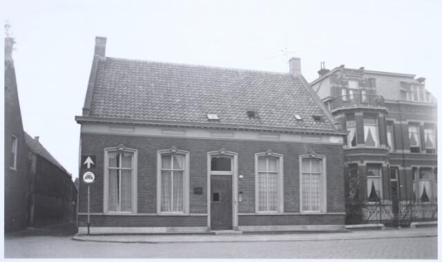019332 - Statige panden aan de Goirkestraat. Het huis links werd bewoond door de familie Van Dijk. Erachter was een werkplaats. Links het Vernisstraatje, dat uitkwam op de Ringbaan-Noord
