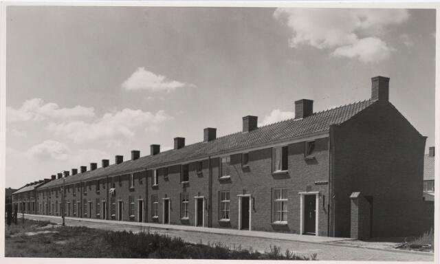 035184 - Vooraanzicht van 14  gemeente woningen aan de Willem Knuttelstraat 9- 35 (oneven) ontworpen door architect J. Remmers