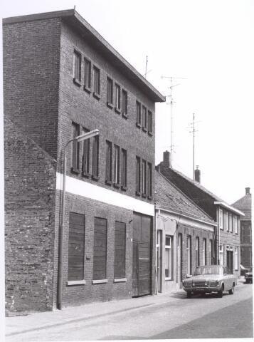 """017647 - Pand Van Doorenstraat 15. Bijnaam van de straat  """"beeldenfabriekske"""". Pand was begin jaren zestig in gebruik als opslagplaats van levenmiddelgroothandel De Sperwer."""