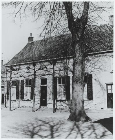 056357 - Onderwijs. De voormalige openbare school met het schoolmeestershuis aan de Schoolstraat. Geheel links de verdwenen arbeidershuizen aan de Molenstraat.